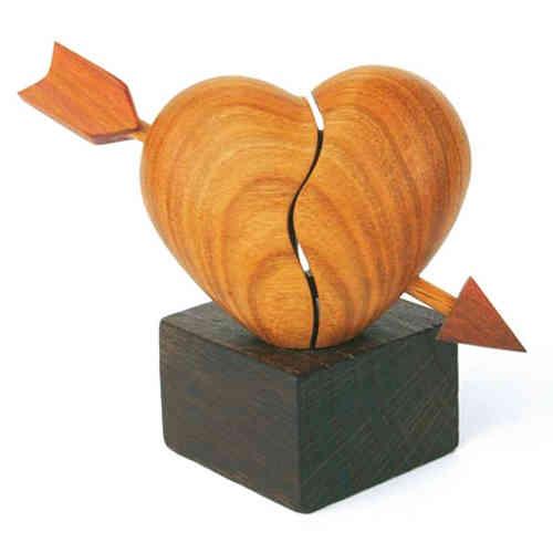 Holzherz mit Pfeil auf Eichensockel Herz Skulptur aus Holz